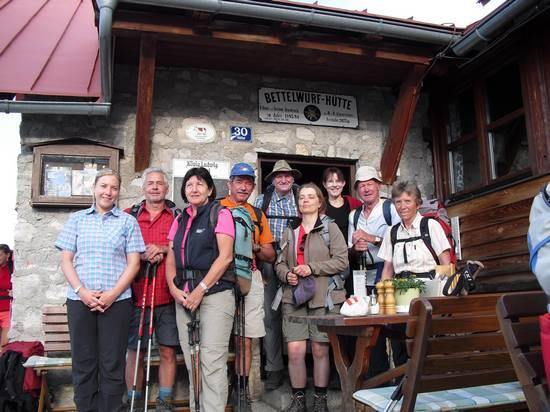 Gruppenbild vor der Bettelwurf-Hütte im Karwendel