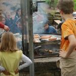 Der offene Grill an der Weilerburg ist für die Kids immer wieder eine Attraktion