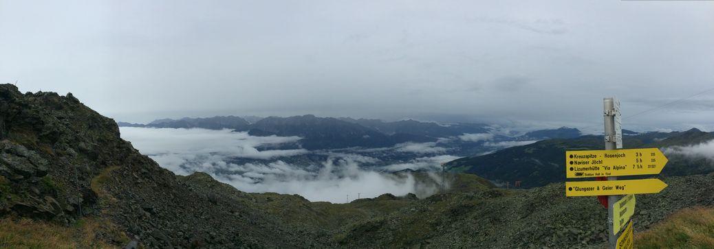 wolkiger Blick auf dem Naviser Joch